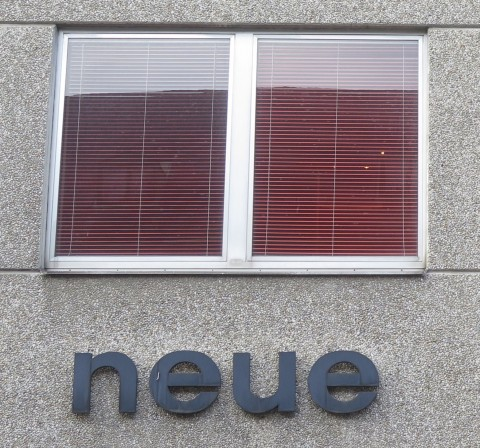 "1960s lettering ""neue"" (""new"", plural) on a Vienna house facade"